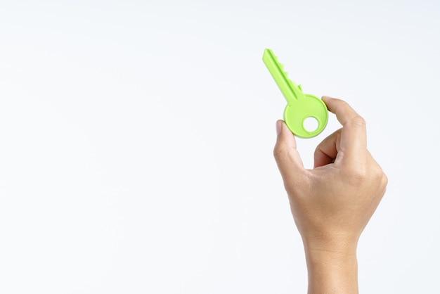 Mão segurando a chave de plástico grande