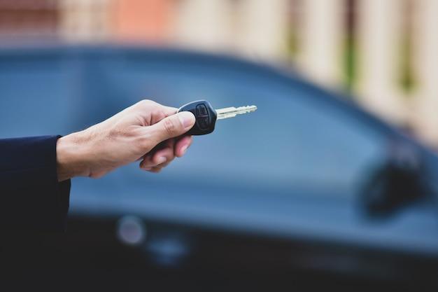 Mão segurando a chave do carro