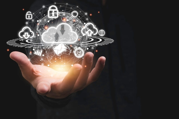 Mão segurando a computação em nuvem virtual com o mundo e o item de tecnologia, como upload de download.