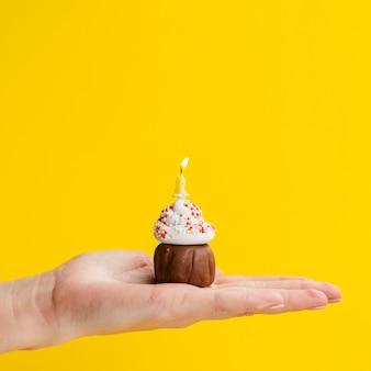 Mão segurando a deliciosa pequena sobremesa