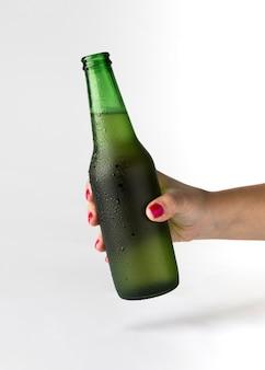 Mão segurando a garrafa de cerveja