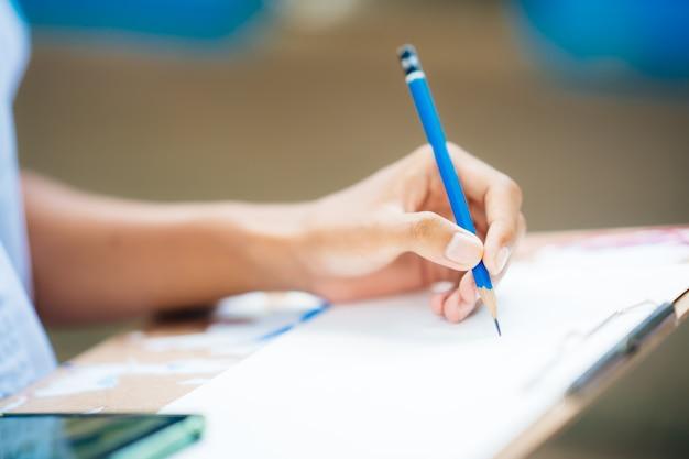 Mão segurando a imagem de desenho a lápis no papel de chama