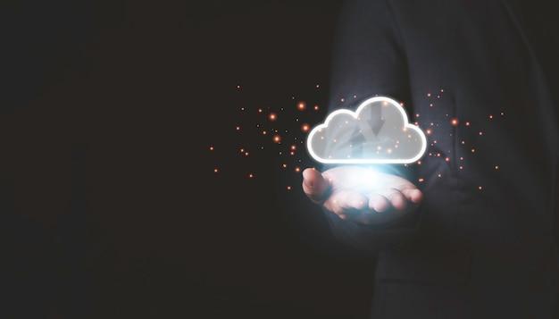 Mão segurando a inteligência artificial virtual com transformação de tecnologia de computação em nuvem e internet da coisa. o big data de gerenciamento de tecnologia em nuvem inclui estratégia de negócios e atendimento ao cliente.