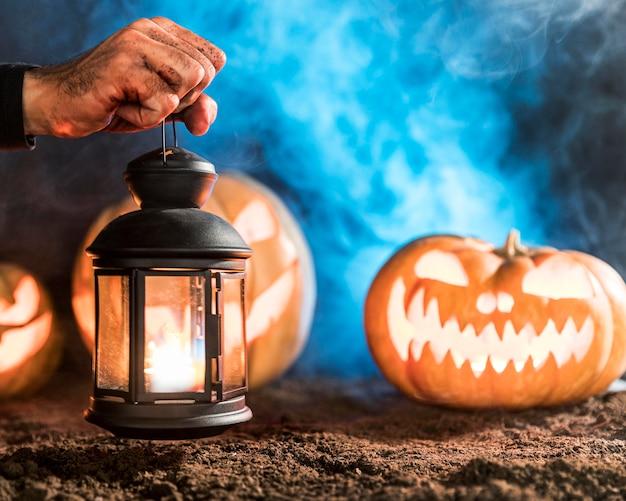 Mão segurando a lâmpada em close