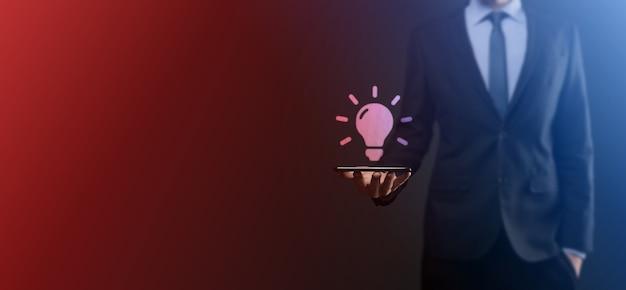 Mão segurando a lâmpada. ícone da ideia inteligente isolado. inovação, ícone da solução. soluções de energia. conceito de ideias de poder. lâmpada elétrica, invenção da tecnologia. palma humana. inspiração de negócios.