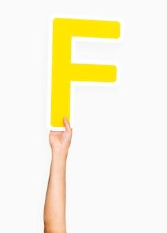 Mão segurando a letra f