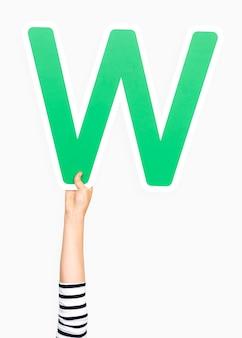 Mão segurando a letra w