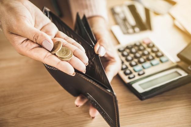 Mão segurando a moeda após a falência quebrou