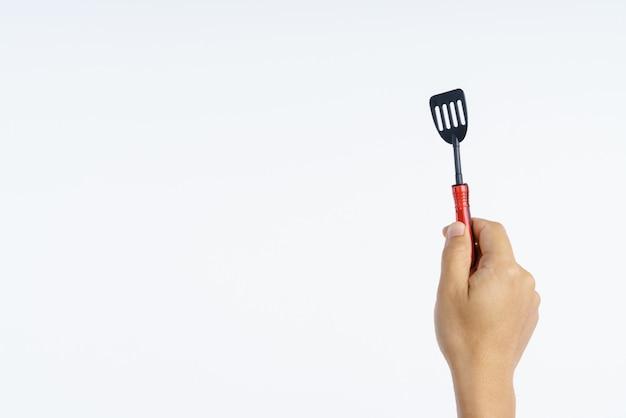 Mão segurando a pequena cozinha turner