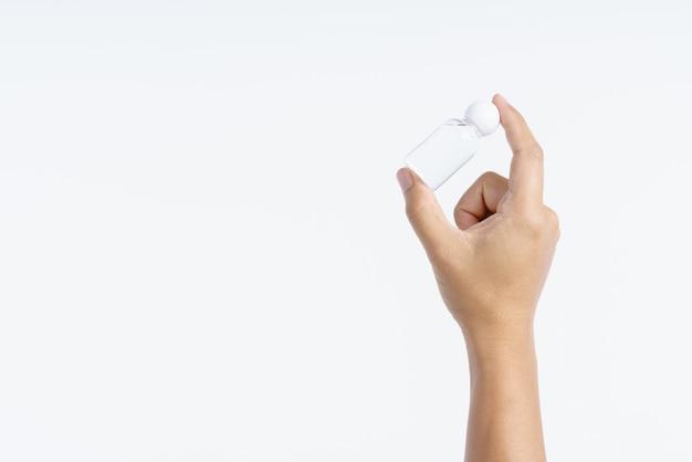 Mão segurando a pequena garrafa de água plástica