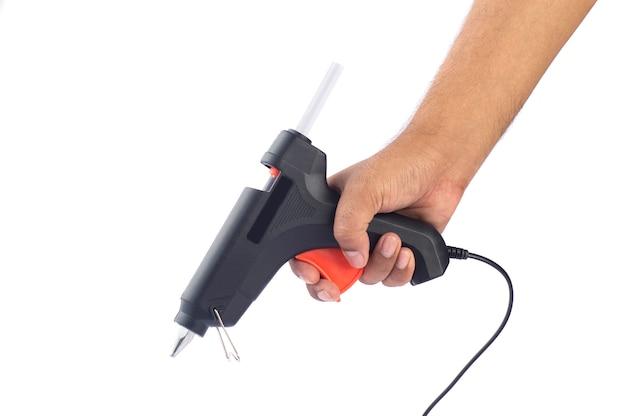 Mão segurando a pistola de cola quente elétrica