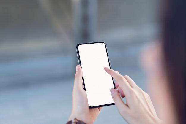 Mão segurando a tela em branco do smartphone