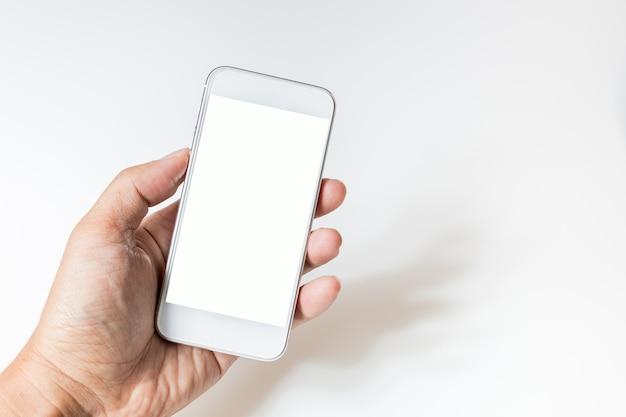 Mão segurando a tela em branco do telefone inteligente. tela branca de telefone inteligente