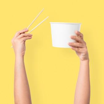 Mão segurando a tigela para o conceito de comida