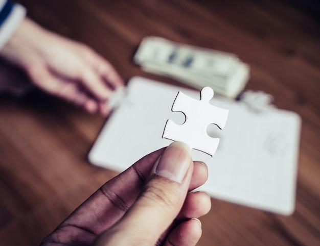 Mão, segurando, a, último, direita, jigsaw, para, negócio, competitivo, solução, conceito
