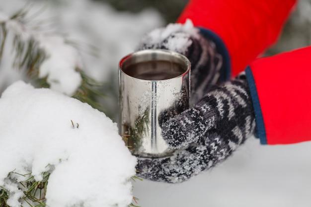 Mão segurando a xícara de café, ao ar livre
