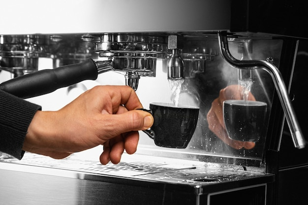 Mão segurando a xícara de café