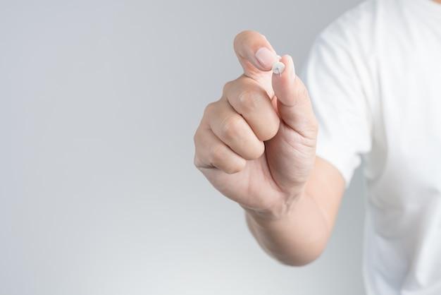 Mão, segurando, alfinete, papel, ou, tábua