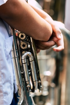 Mão, segurando, antigas, trompete