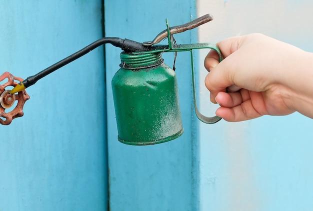 Mão, segurando, antigas, vindima, lubrificador, ou, lata óleo, revestido, em, graxa, e, poeira
