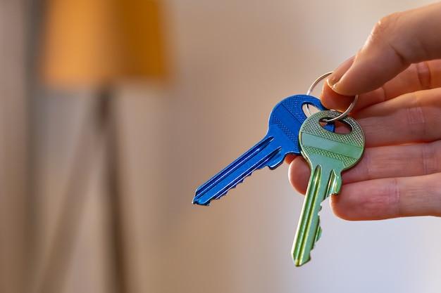 Mão segurando as chaves com espaço no fundo alugar vender comprar apartamento negócio imobiliário