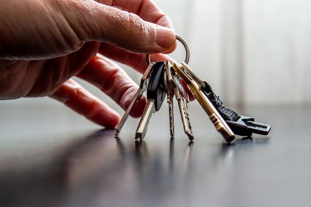 Mão segurando as chaves da casa