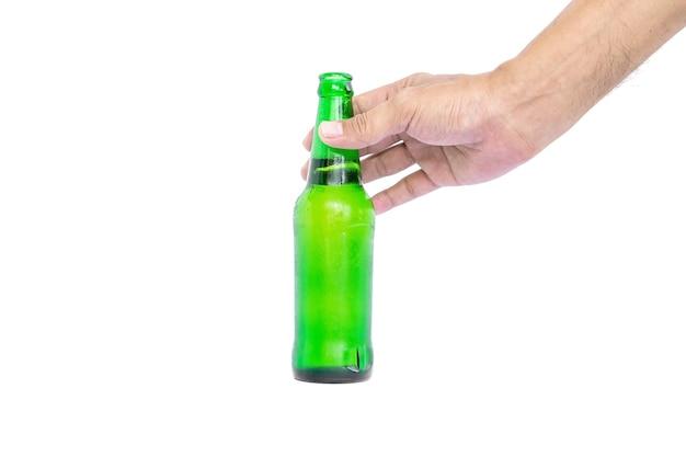 Mão segurando as garrafas de vidro para cerveja, álcool ou outra bebida