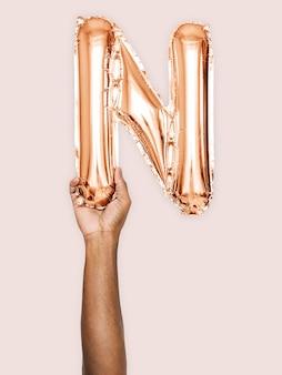 Mão, segurando, balloon, letra, n