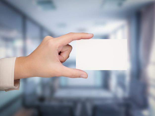 Mão segurando cartão de visita branco em branco com renderização em 3d