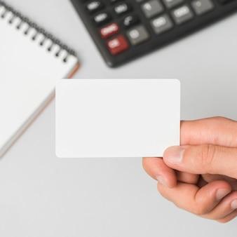 Mão, segurando, cartão negócio, em, escritório, ambiente