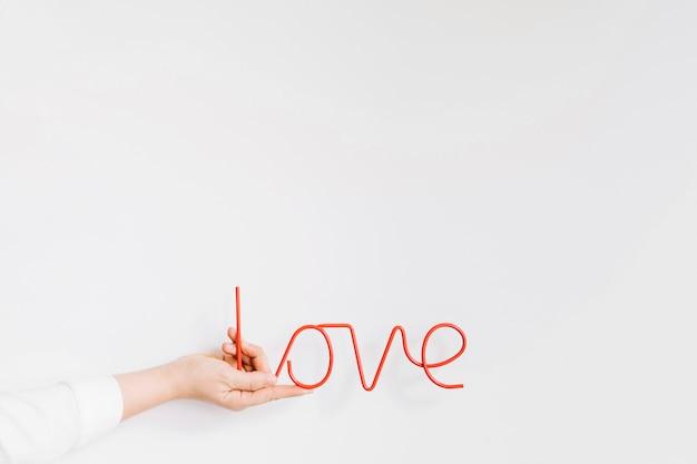 Mão segurando cartas de amor