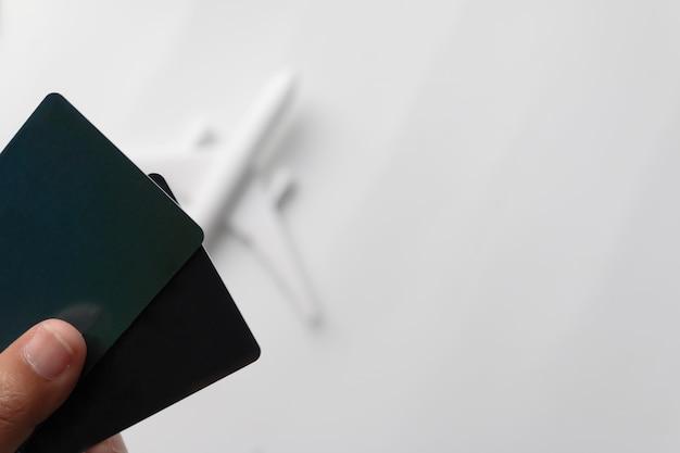 Mão segurando cartas no conceito de viajar