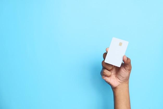 Mão segurando cartões de crédito lendo informações