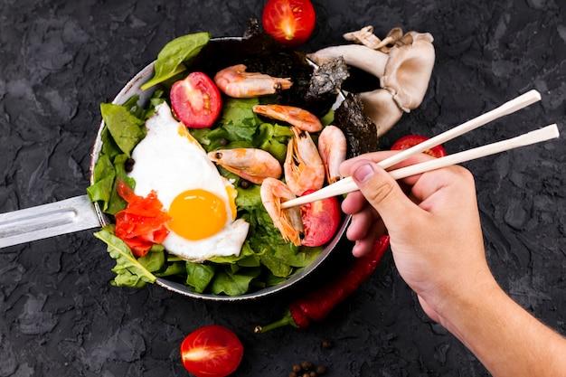 Mão, segurando, chopsticks, e, camarão
