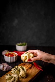 Mão segurando comida asiática tradicional