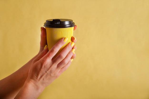 Mão segurando copo de papel isolado