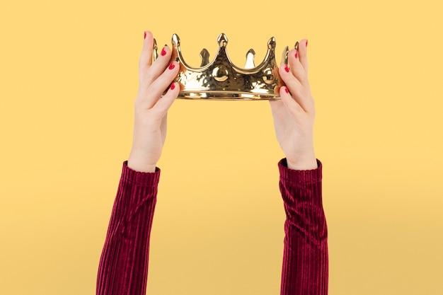 Mão segurando coroa conceito de marketing