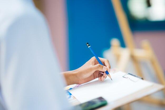 Mão, segurando, desenho lápis, quadro