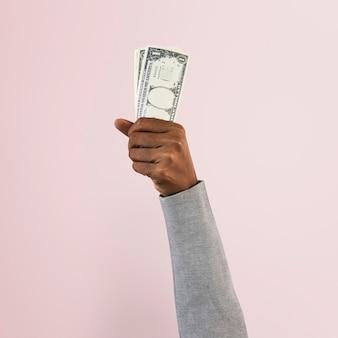 Mão segurando dinheiro no conceito de finanças