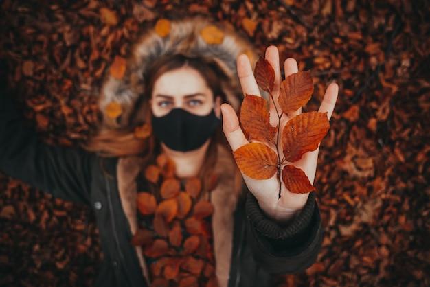 Mão segurando folhas de outono
