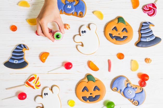 Mão, segurando, geléia, perto, gingerbread, entre, bombons