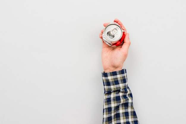 Mão, segurando, lata amarrotada, de, bebida