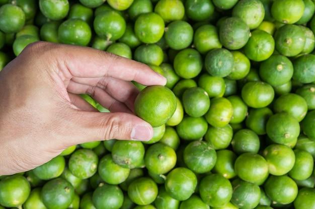 Mão segurando limão no mercado,