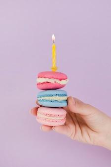 Mão, segurando, macaroons, para, aniversário, conceito