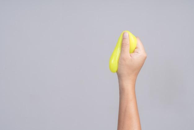 Mão segurando moderno limpeza verde gel ou composto