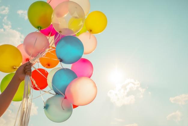 Mão, segurando, multi colorido, balões