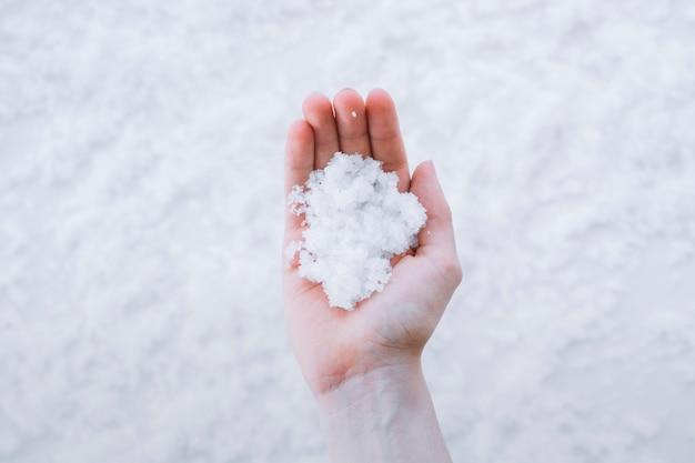 Mão segurando neve