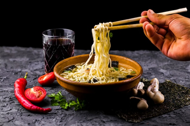 Mão, segurando, noodles, com, chopsticks