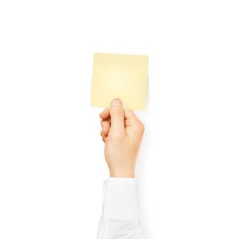 Mão segurando o adesivo quadrado amarelo em branco