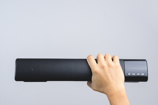 Mão segurando o alto-falante bluetooth grande com boa qualidade de som